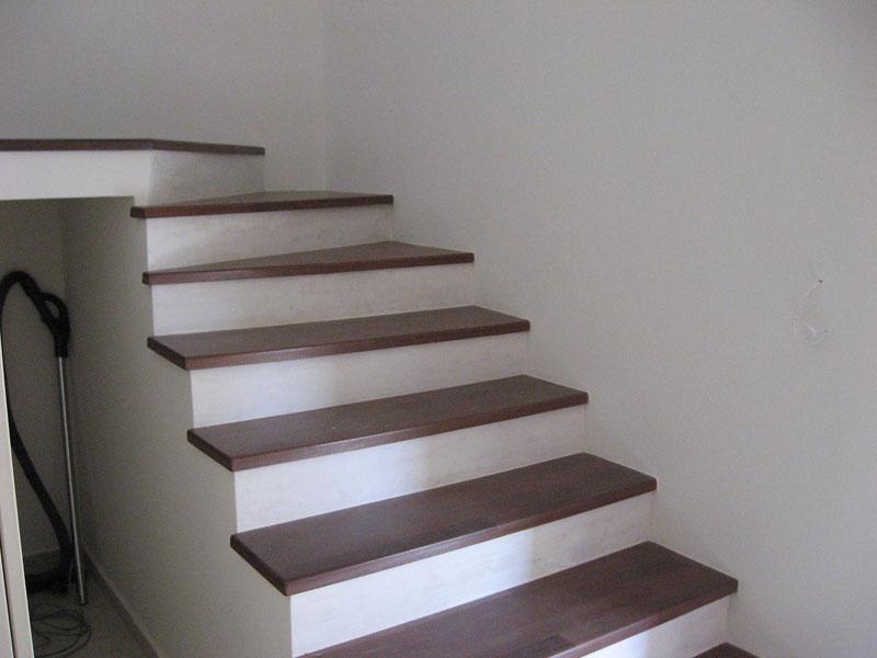 Amenajari interioare - Scara beton cu trepte placate cu lemn merbau